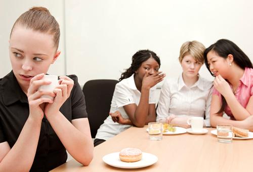 Exclusão no trabalho pode ser mais difícil de lidar do que bullying